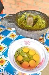 Una forma de preparar los guajes, es con huevo y una picosa salsa molcajeteada.